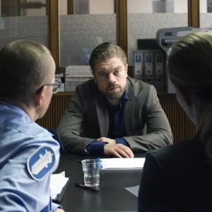 Joonas Saartamos rollkaraktär Jussi sitter i polisförhör i filmen Jätten