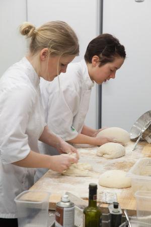Kockar på restaurangen Chef et Sommelier bakar bröd. Bilden är tagen år 2015.