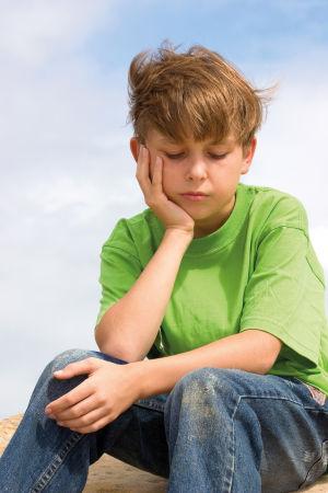 ensam och funderande pojke