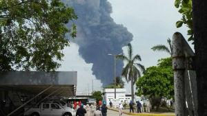 Kraftig explosion på en oljeanläggning i Mexiko.