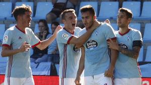 Maxi Gomez (andra från höger) firar ett mål i ligapremiären med lagkamrater.