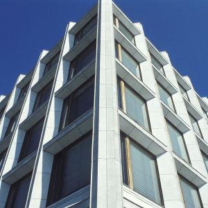 Enso-Gutzeitin (Stora Enson) pääkonttorin julkisivua, ikkunoita ja marmoriseinää.