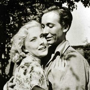 Tea Ista ja Pertti Weckström syleilevät elokuvassa Poika eli kesäänsä.