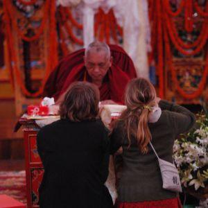 Röd färg betyder religiös tillgivenhet för tibetanska munkar och nunnor.