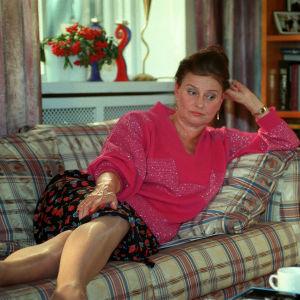 Eeva-Maija Haukinen Kotikadun Kaisana makoilee sohvalla.