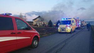 Släckningsarbete pågår i Kristinestad.