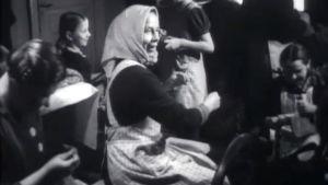 Naisia tekemässä käsitöitä talkoovoimin