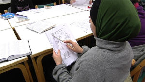 Invandrarkvinna studerar