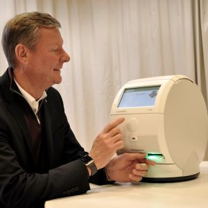 Sibbos kommundirektör Mikael Grannas testar en medicinrobot