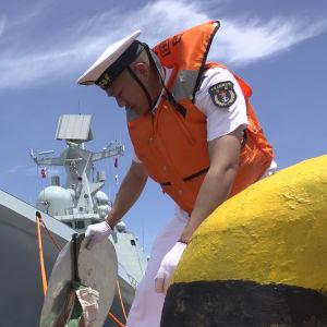 Kinesiska flottans fartyg Jin Zhou (FFG 532) lägger till i Davao, Filippinerna.