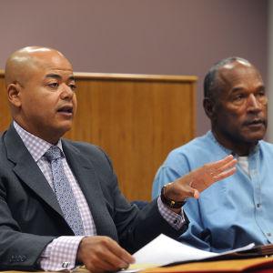 O. J. Simpson (t.h.) med hans advokat Malcolm LaVergne (t.v.) den 20 juli 2017.