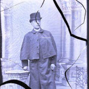 Marian veli Konstantin Kopjeff maaliskuussa vuonna 1893. Kuvan negatiivi on särkynyt.