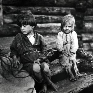 I. K. Inhan valokuvassa Vihtooran lapset istuvat portailla
