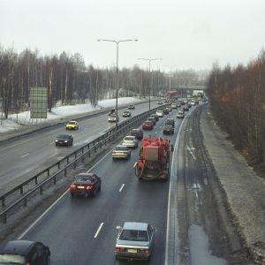 Bilar på en ringväg i Helsingfors