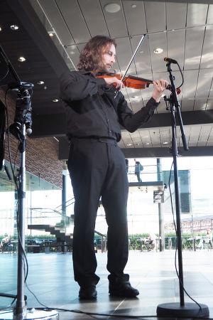 Viulisti ja bassobaritoni Henri Uusitalo.