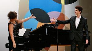 Pianisti Tuula Hällström ja ukrainalaisbaritoni Dmytro Kalmuchyn.