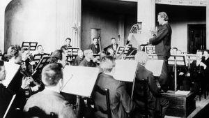 Robert Kajanus johtaa Filharmoninen seura -orkesteriaan, kuva 1890-luvun loplta.