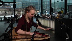 Viola Uotila Kantapöydän suorassa lähetyksessä Musiikkitalon kahvilassa 27.1.2016.