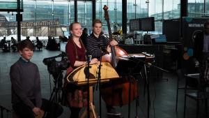 Trio Mooses Kuloniemi, Viola Uotila ja Vinski Syrjänen Kantapöydässä 27.1.2016.