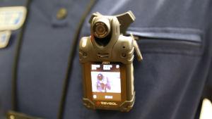 Kroppskamera på polisuniform.