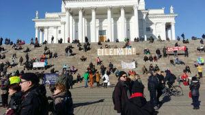 Demonstration mot regeringens nedskärningar i Helsingfors.