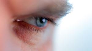 Miehen silmä lähikuvassa