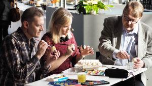 Kantapöydän pääsiäislähetyksessä 23.3.2016 munia maalaamassa toimittajat Vesa Kytöoja, Riikka Holopainen ja Jari Rantschukoff.
