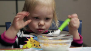 Lapsi syö muroja.