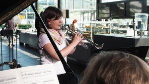 Trumpetinsoiton opiskelija Mari Pakarinen soitti osan Hummelin trumpettikonsertosta Kantapöydän suorassa lähetyksessä Musiikkitalon kahvilassa 25.5.2016.
