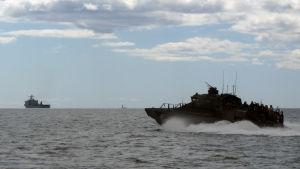 Finländsk JEHU-stridsbåt (t h) och landstigningsfartyget USS Carter Hall (i bakgr t v) under BALTOPS-manövern i Hangö, juni 2016.