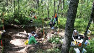 Jan Fast övervakar de arkeologiska utgrävningarna på Tulludden i Hangö