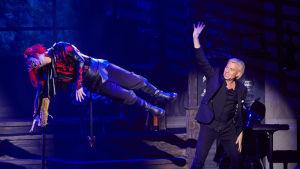 Illusionisten Joe Labero utför en levitation på scen