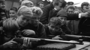 Pojkar skjuter på marknaden på Kristinestad, 1964