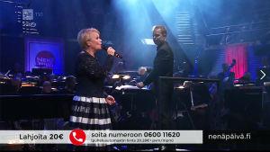 Katri Helena Radion sinfoniaorkesterin solistina Nenäpäiväkonsertissa