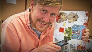 Staffan Gräsbeck skannar av BUU-klubbens julkalender med Yle Ar appen.