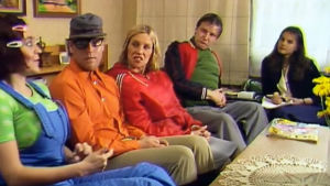 Fakta homman Kaakot ja Kaasiset istuvat sohvalla vastaamassa gallupkyselyyn.