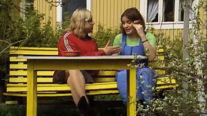 Fakta homman Pirre ja Hansu keskustelevat pihakeinussa.