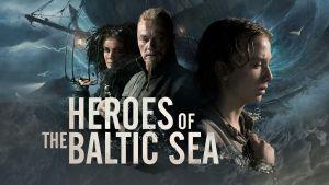En pressbild för tv-serien The Heroes of the Baltic Sea där man ser tre personer med ett stormande hav bakom sig.