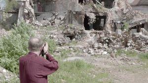 Andrei Kolomoiski kuvaa raunioitunutta taloa dokumentissa Viipuri 360