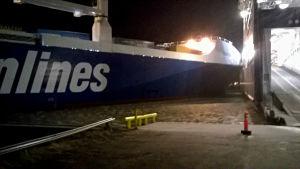 Två fartyg har krockat i hamnen.