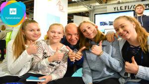 Kaj Kunnas poserar tillsammans med fyra av Nyhetsskolans reportrar.