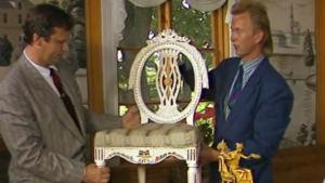 Wentzel Hagelstam och Fjalar Sundvik visar fram en stol, 1987
