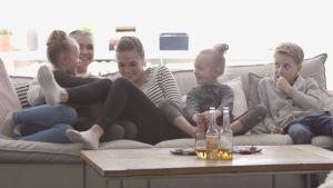 Syskonen Lindberg och Thelen myser i soffan.