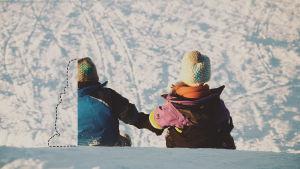 Två barn, varav det ena är fotomanipulerat så att bara hälften syns.