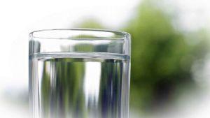 vettä juomalasissa
