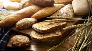 brödskivor och sädesax på ett bord