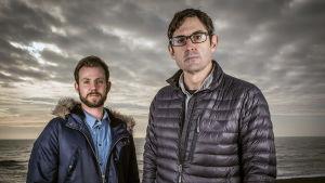 Dokumentaristi Louis Theroux (oik.) ja Kings Collegen sairaalassa alkoholismista toipuva potilas.