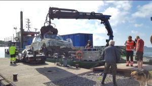 skrotbil lyfts ombord på servicebåt i Åbolands skärgård