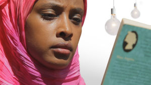 Maryan Abdulkarim lukee kirjaa.