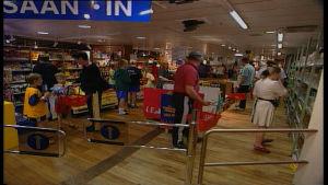 kunder handlar i passagerarförjas taxfree-försäljning
